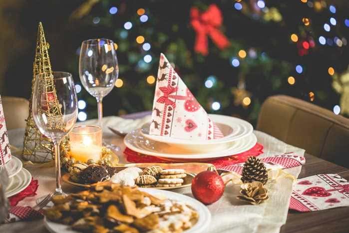 Пока основные блюда на завершающем этапе готовки, можно поставить гостям закуски на новогодний стол года.